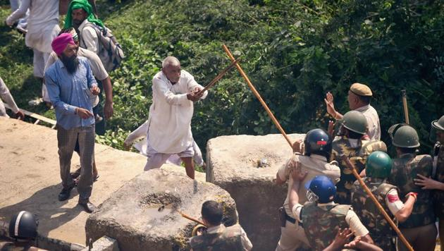 An elderly farmer clashes with police personnel during a protest at Delhi-UP border during 'Kisan Kranti Padyatra' in New Delhi, Tuesday, Oct 2, 2018.(PTI)