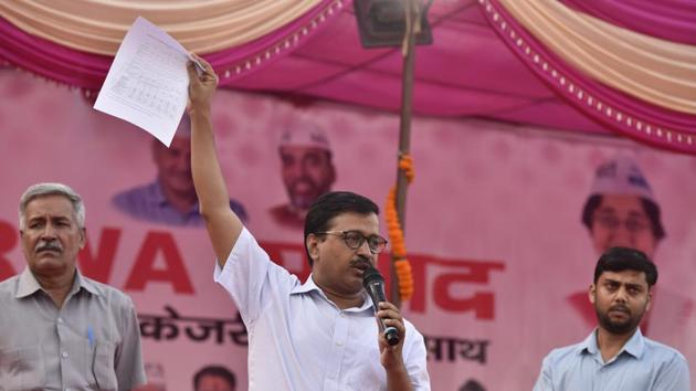 Delhi chief minister Arvind Kejriwal addresses a meeting with East Delhi RWA, at Dhobhi Ghat, Pandav Nagar, Opposite Akshardham Mandir, in New Delhi on October 6.(Sonu Mehta/HT PHOTO)