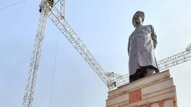 Prime Minister Narendra Modi unveils a statue of Deenbandhu Sir Chhotu Ram, at Sampla, in Rohtak, Tuesday, October 9, 2018.(PTI Photo)