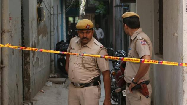 Delhi Police cordon off the crime scene in Vasant Kunj where three of a family were found stabbed to death inside their home.(HT Photo)