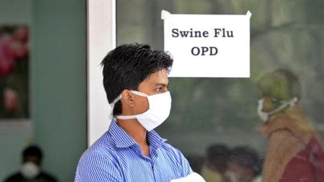 A patient with a suspected case of swine flu at a screening centre in New Delhi(Hindustan Times)