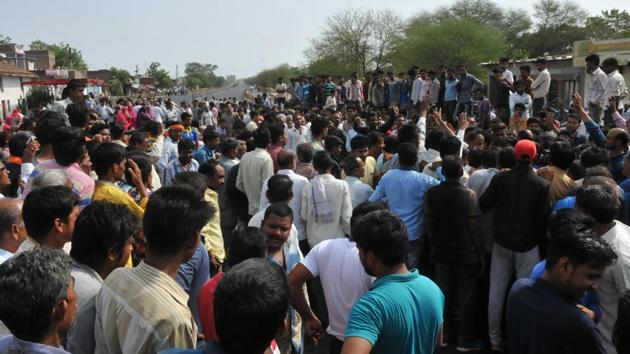 Villagers staging a chakka jam on Mhow- Neemuch highway with the body of Abhishek Patidar who was killed in police firing during farmers protest in Mandsaur in June last year.(HT File Photo)