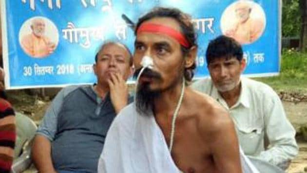 Sant Gopal Das ,who is on 110 days agitation for conservation of the Ganga was shifted to AIIMS-Rishikesh.(HT Photo)