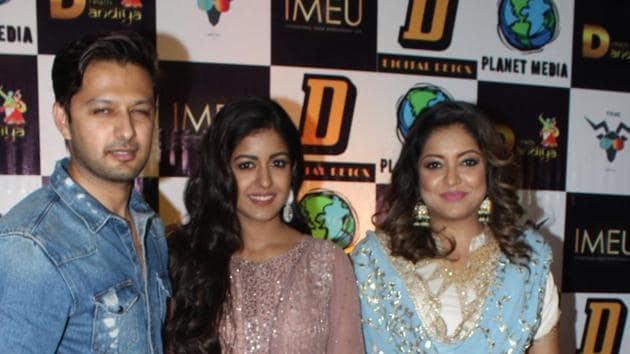 Tanushree Dutta with her sister Ishita and brother-in-law Vatsal Sheth.(Viral Bhayani)