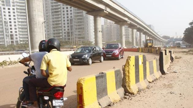 Jersey barriers at Genpact Chowk, one of the three major points on the 8 km Golf Course Road, in Gurugram, where they have been placed to regulate traffic.(Yogendra Kumar/HT PHOTO)