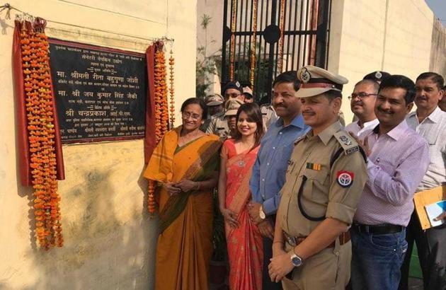 UP cabinet minister Rita Bahuguna Joshi inaugurating the pad-making unit.(HT)