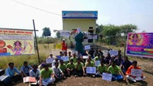 These men- members of 'Patni Pidit Purush Sanghatana', an organisation of victims of harassment by wives- burned the effigy on Thursday evening at Karoli village near Aurangabad in Maharashtra.(Patni Pidit Purush Sanghatana/Facebook Photo)