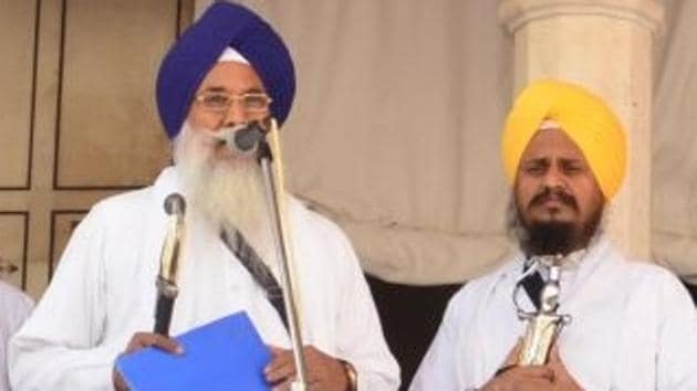 Giani Gurbachan Singh reading out a hukamnama at the Akal Takht in the Golden Temple.(HT File)