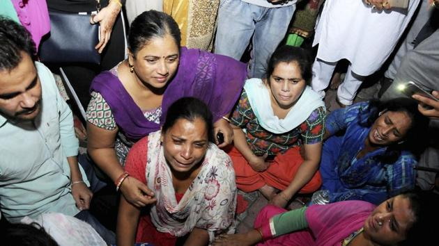 Relatives grieve for the victims of the Amritsar train accident.(PTI)