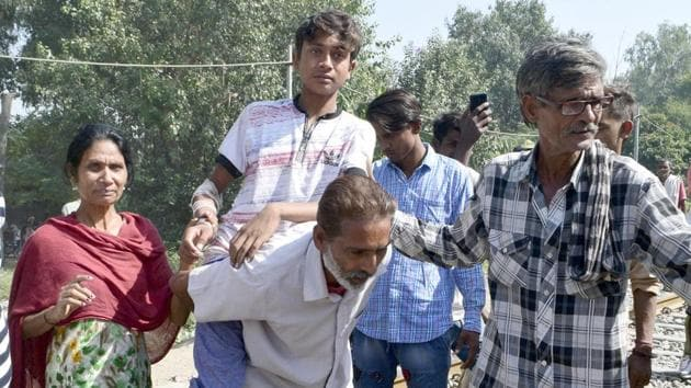 One of the injured, Pamma, with his relatives during the protest.(Sameer Sehgal/HT)