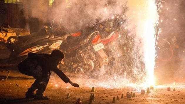The Supreme Court had temporarily banned the sale of firecrackers ahead of Diwali on October 9 last year. It had later refused to relax its order while dismissing a plea by traders.(HT file photo)