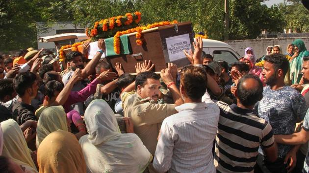 Army jawans carry the body of rifleman Rajat Kumar Basan, who was killed along the LoC, in Akhnoor sector.(PTI)