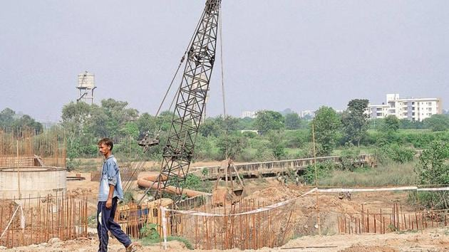 The bridge between Sector 80 and 81 has remained in a state of neglect for the last nine years.(HT Photo)