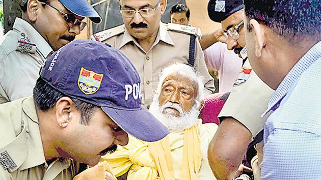 In this photo dated Oct 10, environmentalist G D Agarwal, who was on fast unto death since June 22, is being forcibly taken to the hospital. He died the next day.(PTI)