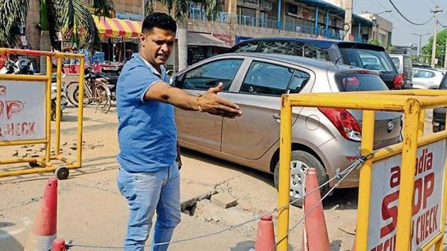 Anil Antil at the spot where judge Krishan Kant's wife and son were shot by his personal security officer. Antil said nobody came forward to help him to take the victims to the hospital.(Parveen Kumar/HT Photo)