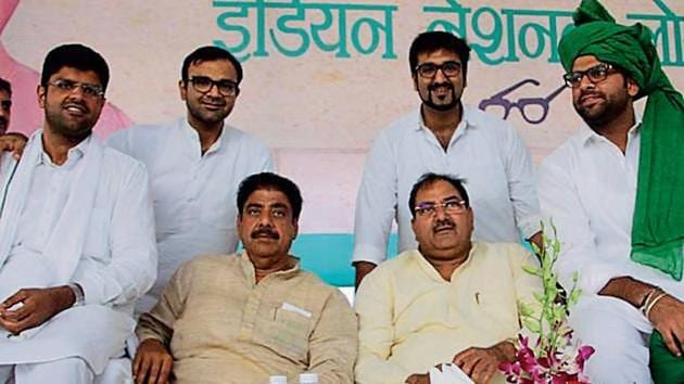 INLD leaders Dushyant Chautala (left) Ajay Chautala, (Sitting 2nd from left) Abhay Chautala, (sitting 3rd from left) and Digvijay Chautala during a rally in Bhiwani last year.(HT File)