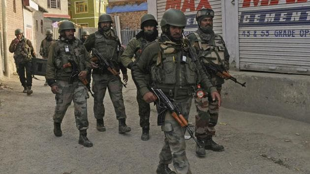A cordon and search operation began in the morning after forces were informed of militant presence in Malganipora area of the town.(Waseem Andrabi/ HT)