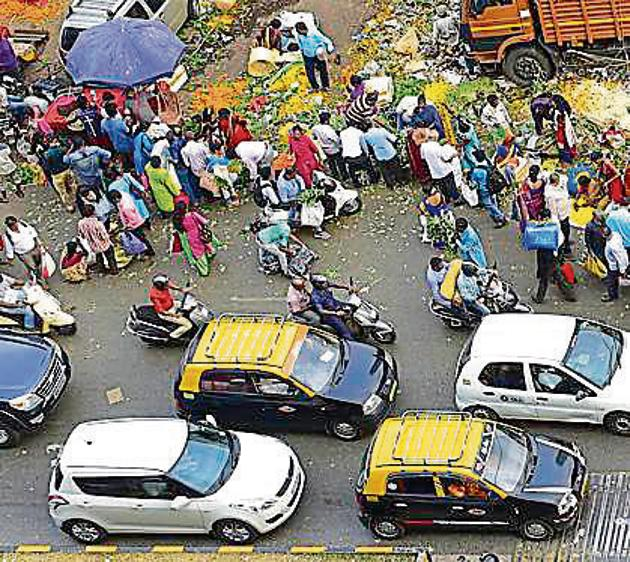 The situation is worsened by hawkers on Tulsi Pipe Road, who not only occupy the road, but also get away with parking their vehicles all the way from the flyover to the flower market.(Vijayanand Gupta/HT Photo)