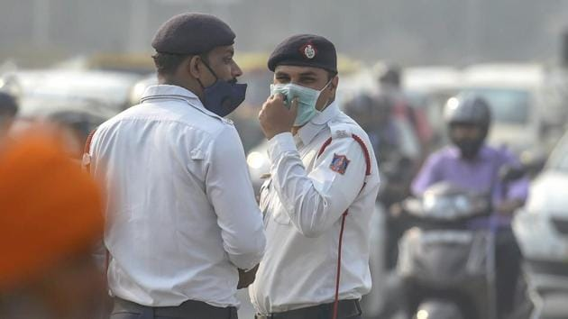 Traffic policemen wear masks to protect themselves as air quality deteriorates, in New Delhi, Tuesday, October 30, 2018.(PTI Photo)