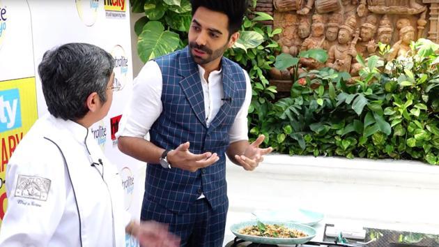 Chef Veena Arora with Bollywood actor Aparshakti Khurana at the HT City Culinary Fest.(HT)