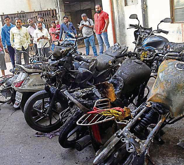 Six motorcycles parked near Kapila vastu housing society in Milindnagar, Pimpri, caught fire that broke out due to an electrical short circuit on Friday morning.(HT)