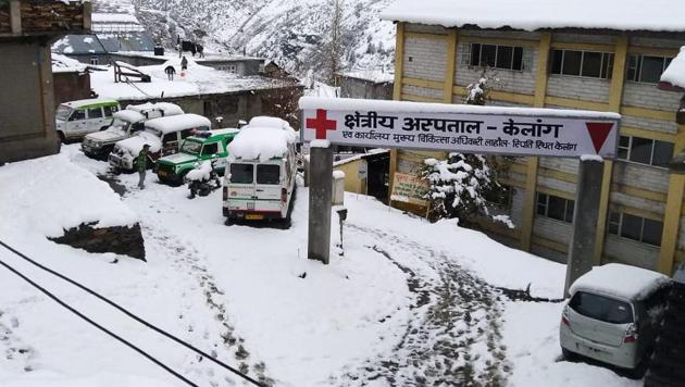 Over three feet of snow had accumulated in the high altitude Peer Ki Gali stretch of the road, connecting the twin districts of Rajouri and Poonch in Jammu with south Kashmir Shopian.(Anil Dayal/HT Photo)