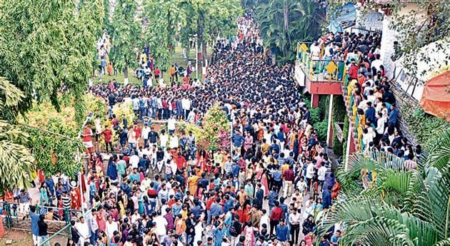 Hundreds of people had gathered for the Diwali Pahat program at Sarasbaug in Diwali 2017.(HT PHOTO)