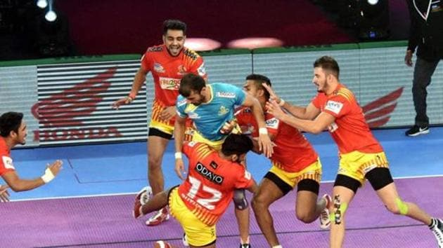File image of players of Gujarat Fortunegiants in action in the PKL.(PTI)
