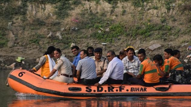 CBI officials and SDRF personnel failed to find the bodies of Muzaffarpur shelter home inmates that were allegedly thrown into Burhi Gandak river.(HT Photo)