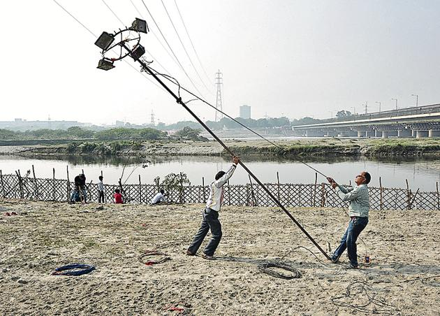 Preparations underway at Hatti Yamuna Ghat near ITO for the upcoming Chhath Puja in New Delhi, India, on Sunday(Sonu Mehta/HT PHOTO)