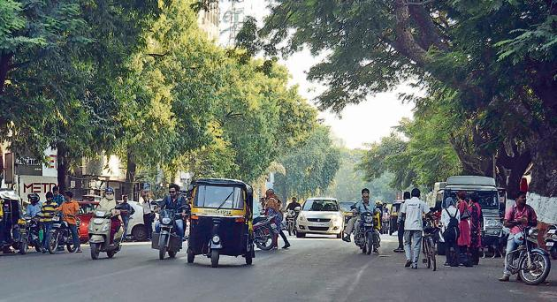 The busy Mahatma Gandhi road comes under Pune cantonment area. Residents feel that citizens should be proud of the cantonment areas. Besides, Southern Command is the most prestigious institute of the country.(Ravindra Joshi/HT PHOTO)