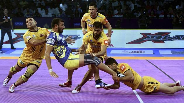 Telugu Titans (Yellow) players in action against Puneri Paltan during their Pro Kabaddi league 2018.(AP)