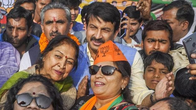 BJP activists take a selfie with Delhi BJP chief Manoj Tiwari during a campaign in Dehradun on Wednesday.(PTI)