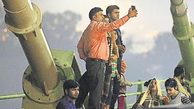 Commuters take selfie and pictures at the Signature Bridge in New Delhi, on Saturday, November 10, 2018.(Mohd Zakir/HT PHOTO)