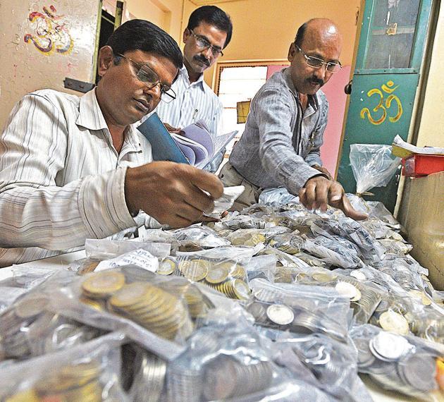 PMPML staff sorting coins at Narveer Tanaji Wadi depot, Shivajinagar on Friday.(Pratham Gokhale/HT Photo)