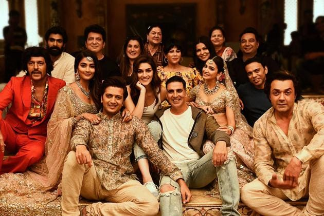 The Housefull 4 cast pose for a group picture.(Twitter)