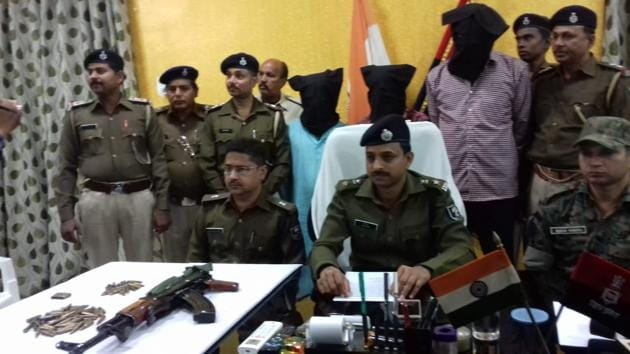 A seized AK 47 assault rifle with cartridges and arrested smugglers in police custody at Munger(HT File Photo)