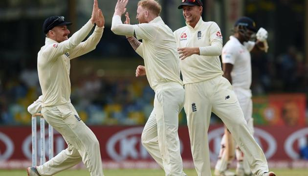 England's Ben Stokes (C), captain Joe Root (2nd R) and Jack Leach (L) celebrate after dismissing Sri Lanka's Angelo Mathews (R) during the third day of the third Test match between Sri Lanka and England(AFP)