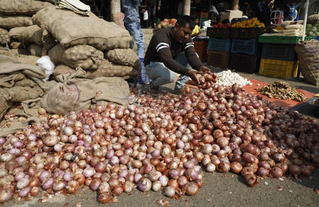 80 trucks of potatoes arrived from Agra and Indore on Sunday.(Rahul Raut/HT PHOTO)