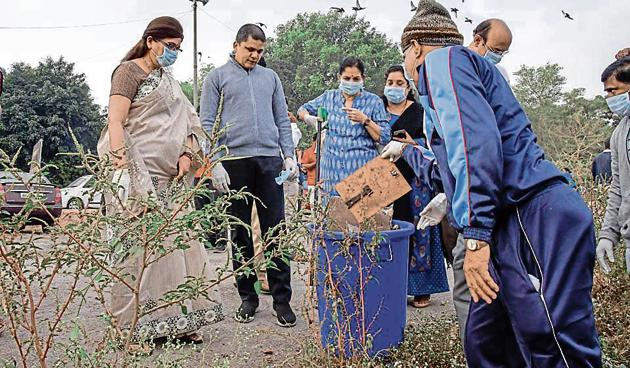 Mayor Mukta Tilak (extreme right) and civic chief Saurabh Rao (second from left) along with PMC officials at the clean-up drive near Omkareshwar temple on the banks of Mutha river on Sunday.(Sanket Wankhade/HT PHOTO)