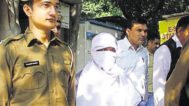 Sunil Kumar (face covered), accused of raping and murdering at least 15 minor girls in Gurugram, Gwalior and Jhansi, was produced before the court after nine days in the custody of the Gurugram police.(Yogendra Kumar/HT PHOTO)