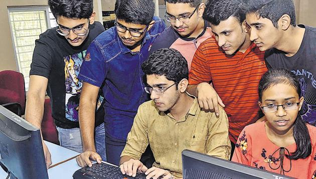 A group of students from Fergusson junior college attempt answering an online question paper.(RAVINDRA JOSHI/HT PHOTO)