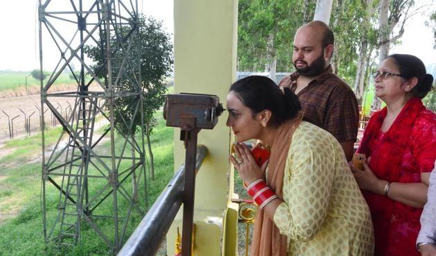 Devotees using binoculars to view Gurduwara Kartarpur Sahib, locate across the border in Pakistan, August 25(Sameer Sehgal/Hindustan Times)