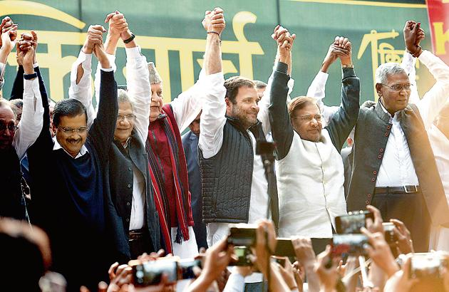 The 'Kisan Mukti March' on Friday brought Congress president Rahul Gandhi and Delhi CM Arvind Kejriwal on the same platform, as leaders from 23 opposition parties rallied behind farmers from several states, pledging support to their demands.(Biplov Bhuyan/HT Photo)