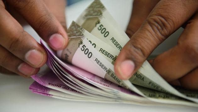 Rising for the fourth straight day, the rupee climbed 21 paise to a three month high of 69.64 against the US dollar in early trade Friday.(Pradeep Gaur/Mint)