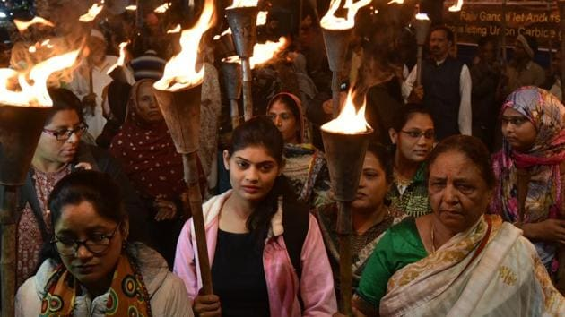 Survivors of the Bhopal gas tragedy along with others taking part in a torch rally taken out to pay tributes to the victims of the disaster on the eve of 34th anniversary in Bhopal on Sunday, December 2, 2018.(Mujeeb Faruqui/HT Photo)