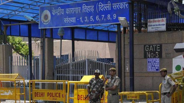 Security personnel guards the Gate No. three of Tihar Jail in Delhi. A Delhi HC order has stayed the deduction of wages of prisoners in various city jails.(HT File)