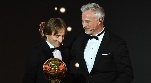 Real Madrid's Croatian midfielder Luka Modric (L) is congratulated by Former French footballer and host David Ginola after receiving the 2018 FIFA Men's Ballon d'Or award for best player of the year during the 2018 FIFA Ballon d'Or award ceremony at the Grand Palais in Paris.(AFP)