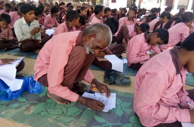 Nanhe Lal rushes Upper Primary School in Amethi's Dadra, Musafir Khana area — to fulfill his long cherished desire of getting educated.(HT Photo)