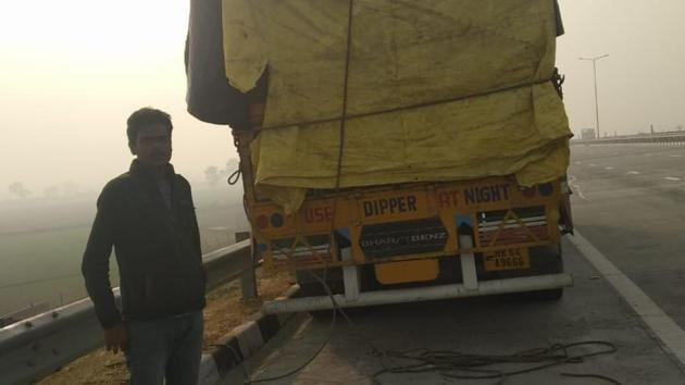 The victims on the 16-tyre truck were bringing apples from Jammu and Kashmir to Gorakhpur in eastern Uttar Pradesh, when they were intercepted by the gang in another truck.(HT PHOTO)